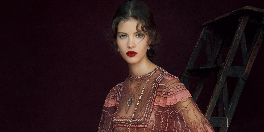 피에르파올로 피치올리는 발렌티노를 위한 자신만의 비전을 매혹적인 봄 컬렉션에 담아냈다.