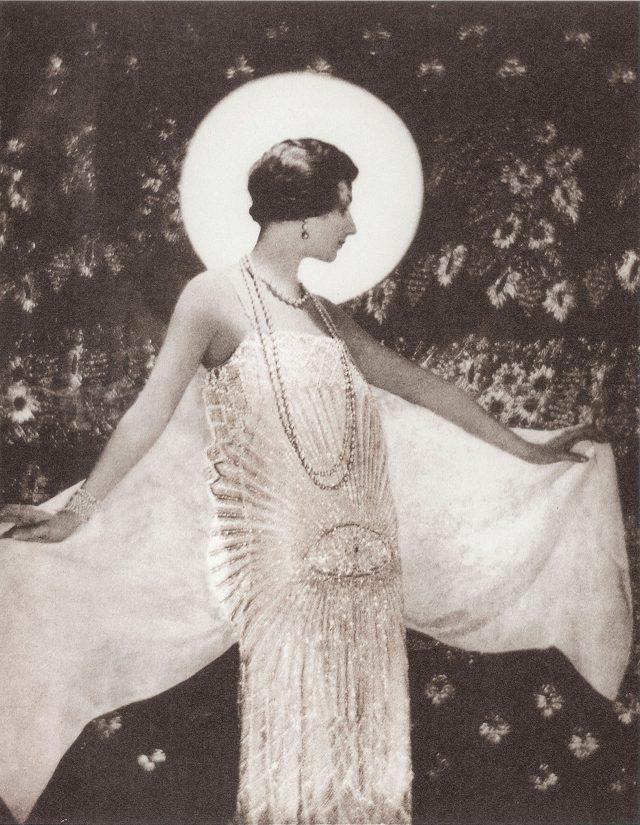 사진가 배런 아돌프 드 메이어가 촬영한 1925년 4월호 화보 중 한 페이지. 모델이 샤넬 드레스를 입고 있다.