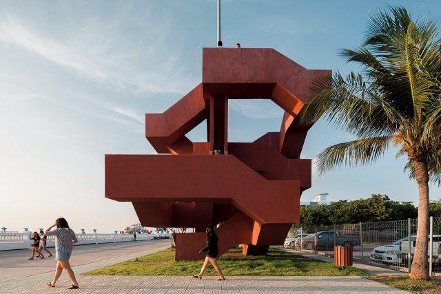 태국의 슈퍼머신 스튜디오가 디자인한 콘크리트 계단 '미로(The Labyrinth)'는 해안 리조트 부지에 세워져 전망대이자 놀이터, 조각품, 훌륭한 공공 랜드마크의 역할을 한다.