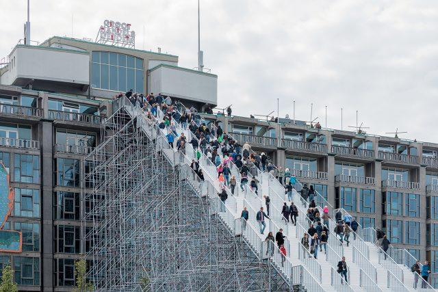 지난해 5월 중순부터 한 달간 네덜란드 건축사무소 MVRDV는 도시의 기념비적인 건물 그루트 헨델스허바우 앞에 1백80개로 이뤄진 거대한 비계(飛階)를 설치해 한동안 도시 재건 75주년을 기리는 문화 행사의 랜드마크 역할을 했다.