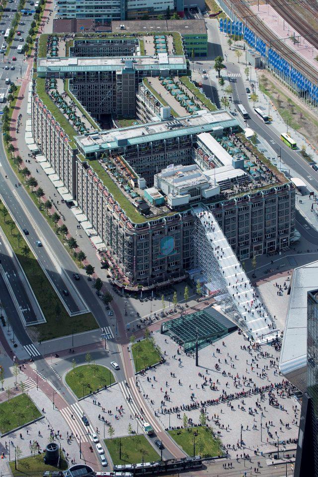 '공사 중'인 느낌을 의도한 이 계단은 건너편 로테르담 중앙역의 각도와 기묘하게 어울리며 현대적인 아이콘과 유서 깊은 모뉴먼트를 연결하는 상징적 매개체가 된다.