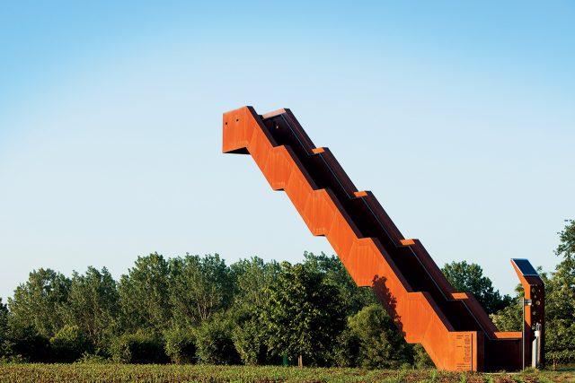 벨기에의 소도시 플랜더스에 엔지니어링 스튜디오 클로즈 투 본이 설치한 11.5m 높이의 캔틸레버식 청동 전망대이자 계단.