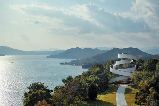 리본만큼 웨딩과 잘 어울리는 요소도 없을 것이다. 도쿄의 건축가 히로시 나카무라는 히로시마 해안에 근접한 로맨틱한 웨딩 채플을 나선형의 계단을 이용해 두 개의 굽어진 리본끈으로 표현했다.
