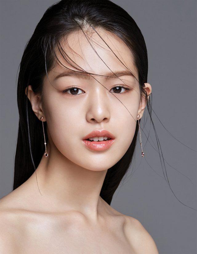 신개념 피부 미니멀리즘 - 하퍼스 바자 코리아 2017년 3월호