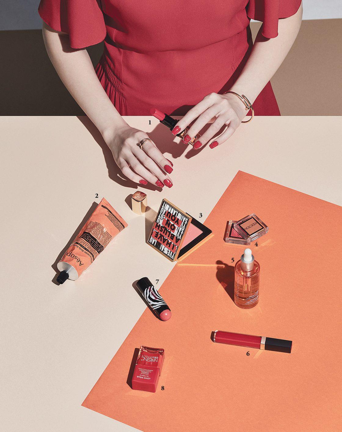 의상/ 원피스는 Hermès, 팔찌와 반지는 모두 Cartier 제품.