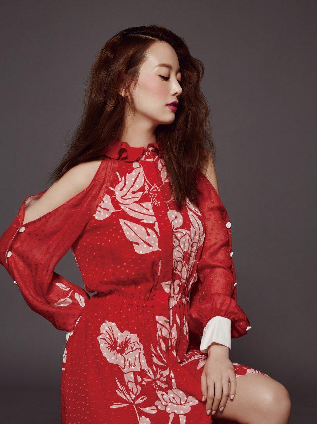 플라워 드레스는 Fendi 제품.