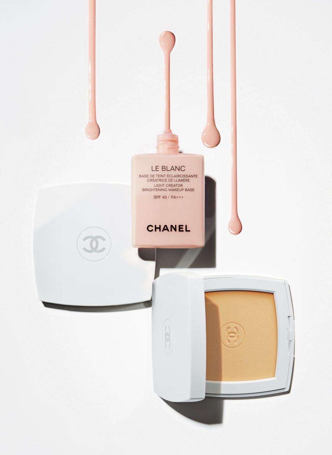 (위) Chanel 르 블랑 라이트 크리에이터 브라이트닝 메이크업 베이스 SPF 40 PA+++, 10호 로제 얼룩덜룩한 피부톤을 고르게 정돈하고 매끄러우면서 우아한 광채를 더해주는 화사한 장밋빛의 메이크업 베이스. 콤팩트 파운데이션 전 단계에서 사용하면 메이크업 고정력을 높여 화장을 처음 그대로의 상태로 지속시켜 준다. 30ml, 7만2천원 / (아래) Chanel 르 블랑 브라이트닝 컴팩트 파운데이션 롱 래스팅 래디언스 - 떼르말 컴포트 SPF 25 PA+++날씨나 기후, 환경 변화에 상관없이 하루 종일 건강하고 투명한 광채 피부를 연출해주는 화이트닝 콤팩트 파운데이션. 부드럽고 크리미한 파우더 질감의 제품을 내장된 양면 스펀지로 톡톡 두드려 사용하면 수정 메이크업부터 완벽한 커버 메이크업까지 가능하다. 12g, 8만2천원