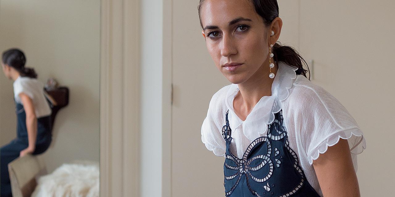 주얼리 디자이너 델피나 델레트레즈의 집은 그녀의 옷장만큼이나 개성이 넘치는 빈티지 보물로 가득하다.