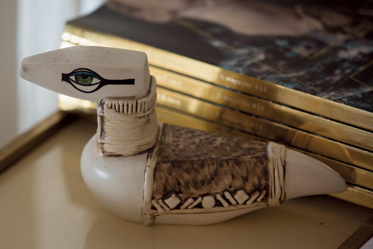 델피나 델레트레즈가 어머니로부터 받은 이집트의 앤티크 소품