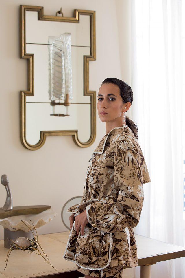 코튼과 가죽 소재의 재킷은 Fendi, 진주와 골드 소재의 귀고리는 Delfina Delettrez 제품.