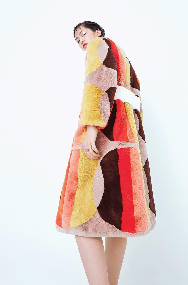 지오메트릭 패턴의 퍼 로브는 Miu Miu 제품.