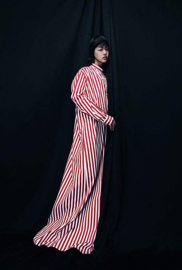 오버사이즈 스트라이프 드레스는 Balenciaga, 승마 모자를 연상케 하는 실크 모자는 Gucci 제품.