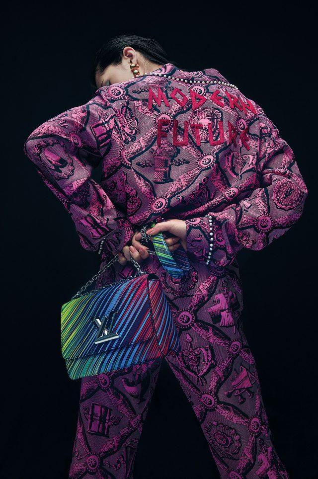 진주 트리밍 디테일이 더해진 레트로 패턴의 실크 셔츠는 2백98만원, 같은 패턴의 팬츠는 1백54만원으로 모두 Gucci, 볼드한 골드 드롭 귀고리는 Balenciaga, 체인 백은 4백80만원대로 Louis Vuitton 제품.