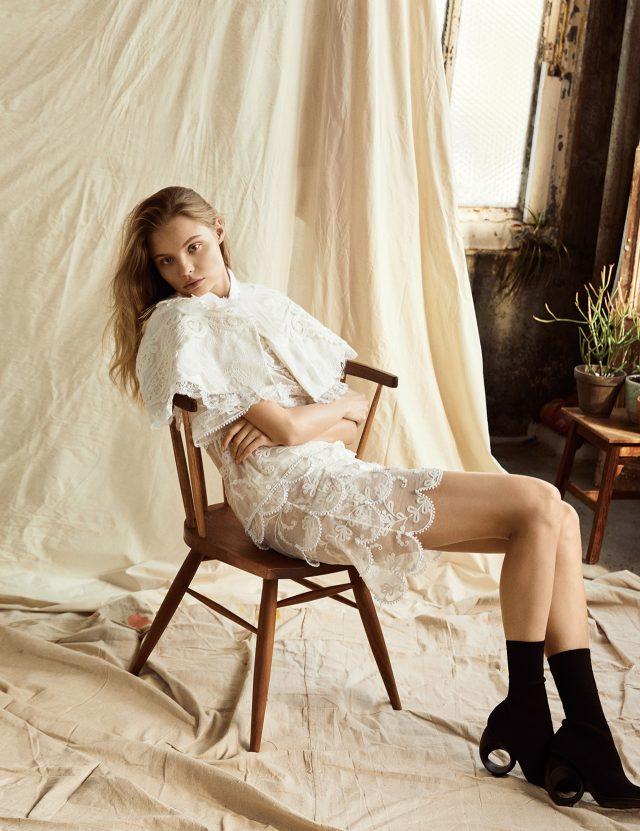 화이트와 뉴트럴 컬러가 전하는 페미닌한 감성.깃털 장식이 가미된 케이프, 플라워 모티프의 레이스 소재 미니 드레스, 구조적인 굽이 돋보이는 앵클부츠는 모두 Burberry 제품.