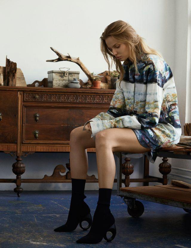 단 하나의 피스로 존재감을 발휘하라.헨리 무어의 감각적인 스케치가 담긴 오버사이즈 셔츠, 앵클부츠는 모두 Burberry 제품.