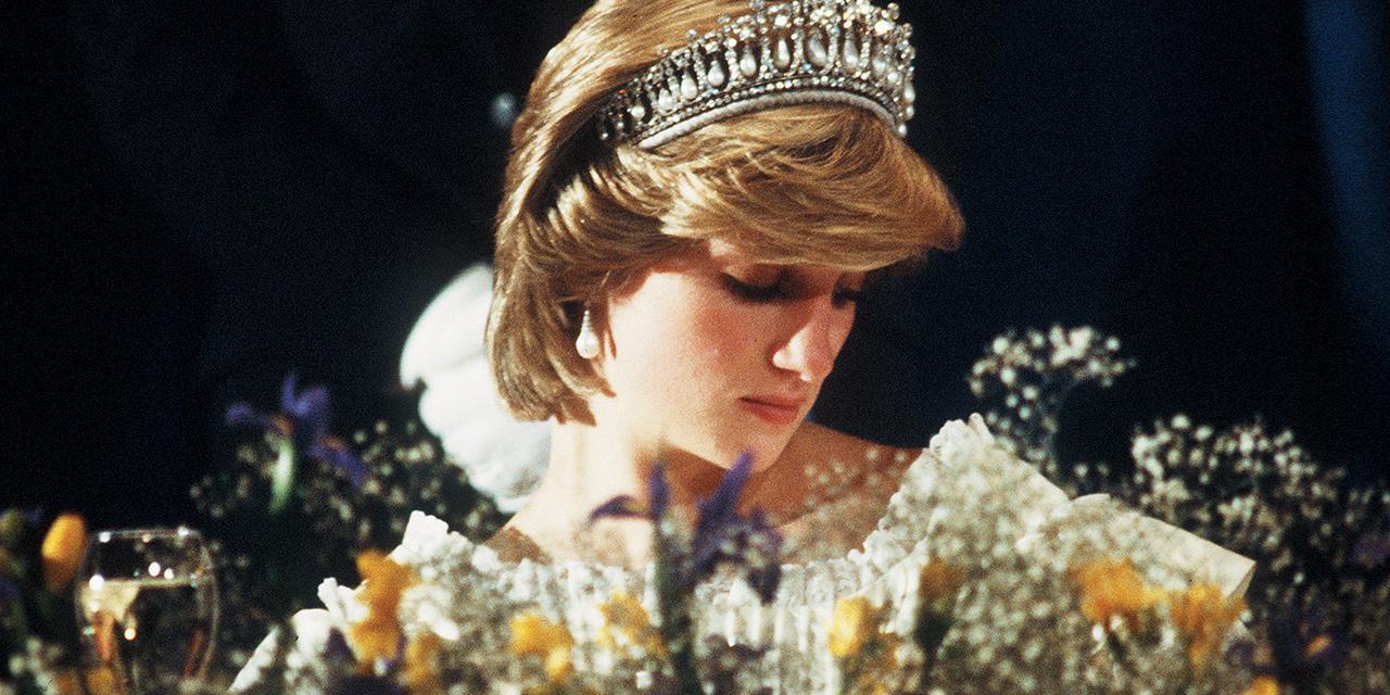 지금 영국 켄징턴 궁전에서는 故 다이애나 비의 의복 전시 <Diana: Her Fashion Story>가 열리고 있다. 우아하고 품위 있는 옷 사이로 한 여인의 삶이 보인다. 다이애나는 어떤 여자였을까? 영국판 <바자> 편집장이자 소설가 저스틴 피카디가 황실 스타일의 아이콘 다이애나의 삶 속으로 걸어 들어갔다.