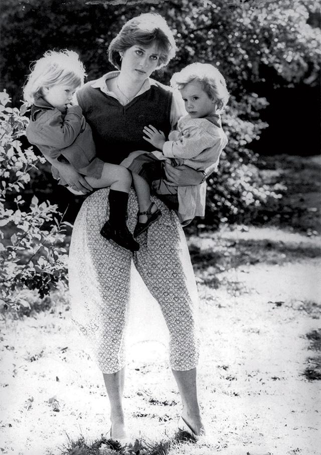 두 아이를 안고 있는 1980년의 다이애나