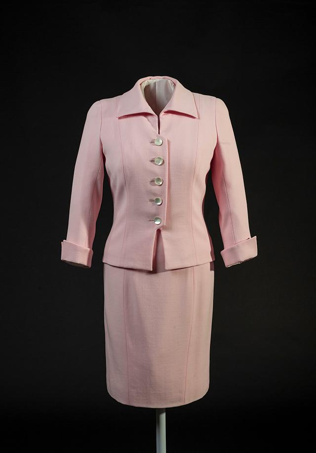 캐서린 워커의 핑크 수트