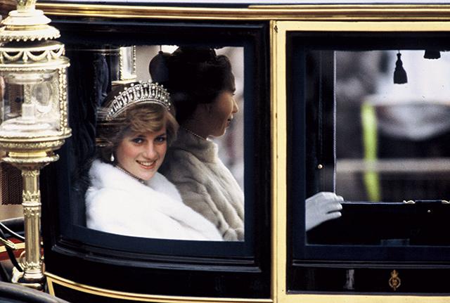 1981년 11월, 앤(Anne) 공주와 함께 국회 개막식에 가고 있는 다이애나