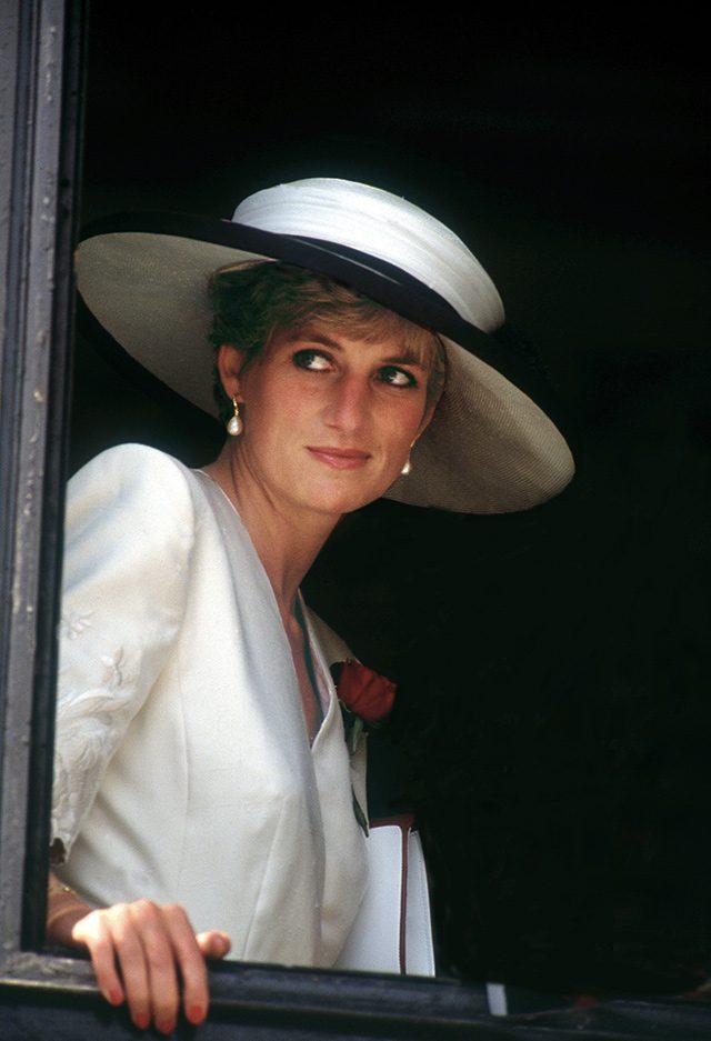 1991년 8월, 캐서린 워커(Catherine Walker)의 드레스와 필립 소머빌(Philip Somerville) 모자를 착용한 다이애나.