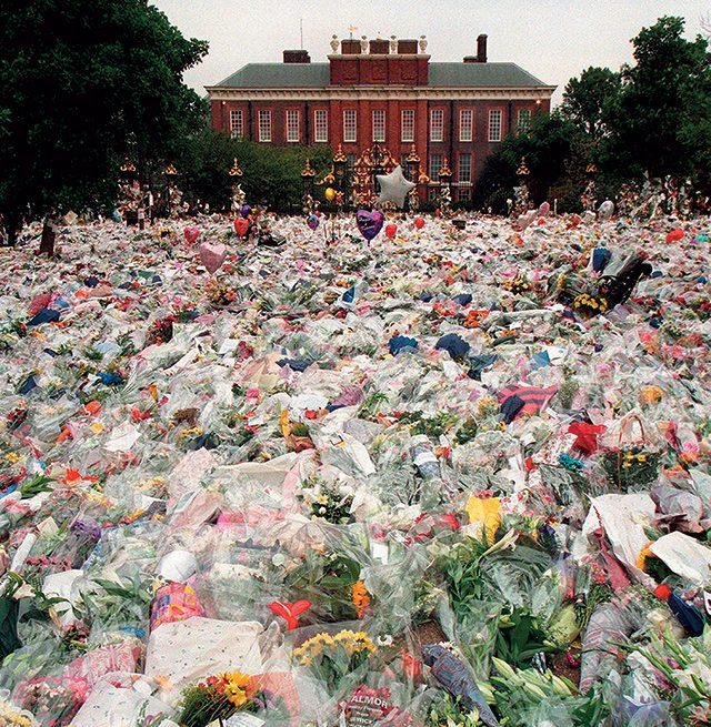 1997년 8월 31일, 다이애나를 추모하는 켄징턴궁 앞의 꽃다발들