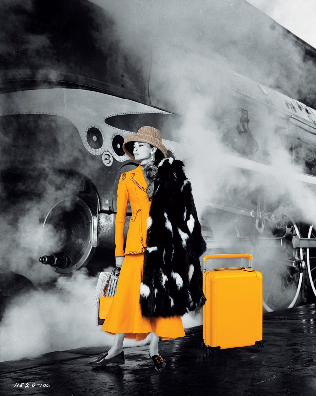 재킷, 스커트, 백, 슈즈는 모두 Bally, 모자는 Kokin, 귀고리는 Céline, 여행가방은 Louis Vuitton 제품.