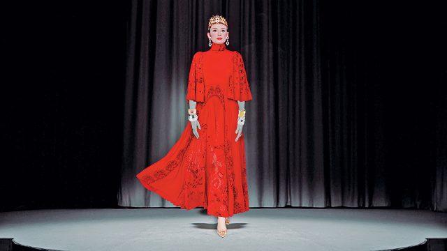 드레스는 Valentino, 왕관은 Dolce & Gabbana, 귀고리는 Harry Winston,커프는 (왼쪽 위부터) Buccellati, 뱅글은 Etro, 슈즈는 Roger Vivier 제품.