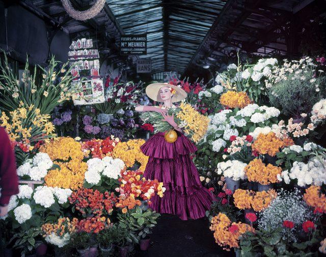 스커트는 Alberta Ferretti, 손에 들고 있는 목걸이는 Ralph Lauren Collection 제품.