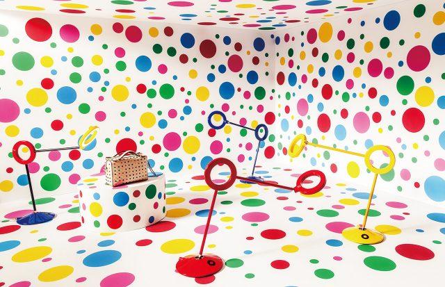 알레산드로 멘디니가 디자인한 링과 직선으로 이뤄진 '아물레토(Amuleto) 미니' 사이즈 스탠드 조명은 각각 23만8천원(삼색) 19만8천원(빨강, 노랑, 파랑)으로 모두 Ramun, 컬러풀한 도트 패턴 미니 백은 1백52만원으로 Tod's 제품.