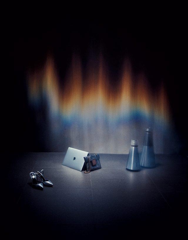 (왼쪽부터) 정교한 인어 비늘 패턴 힐은 1백8만원으로 Sergio Rossi, 14.9mm 두께의 심플한 보디를 자랑하는 '맥북 프로 13인치(터치 바 및 터치 아이디 장착 모델)'는 2백만원대로 Apple, 도마뱀 가죽 소재 체인 백은 Bottega Veneta, 작고 가벼운 원뿔 형태의 올인원 스피커 '베오사운드 1'은 1백87만원, 풍부한 사운드와 미니멀한 디자인을 갖춰 인테리어 오브제로 활용하기 좋은 '베오사운드 2'는 2백45만원으로 모두 Bang & Olufsen 제품.