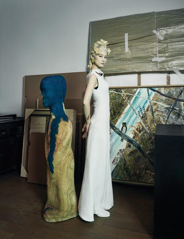 (작품) 김홍주의 조각작품 'Untitled', 1992-94, 혼합 재료, 154×36×37cm.김종학의 회화작품 'Untitled', 2016, 캔버스에 아크릴, 130×162cm.(의상) 컷아웃 디테일이 드라마틱한 드레스는 Céline, 꽃잎을 형상화한 귀고리는 3만9천원으로 Cos, 구조적인 뱅글은 85만원으로 Céline by BOONTHESHOP, 펀칭 디테일의 부츠는 Chanel 제품.