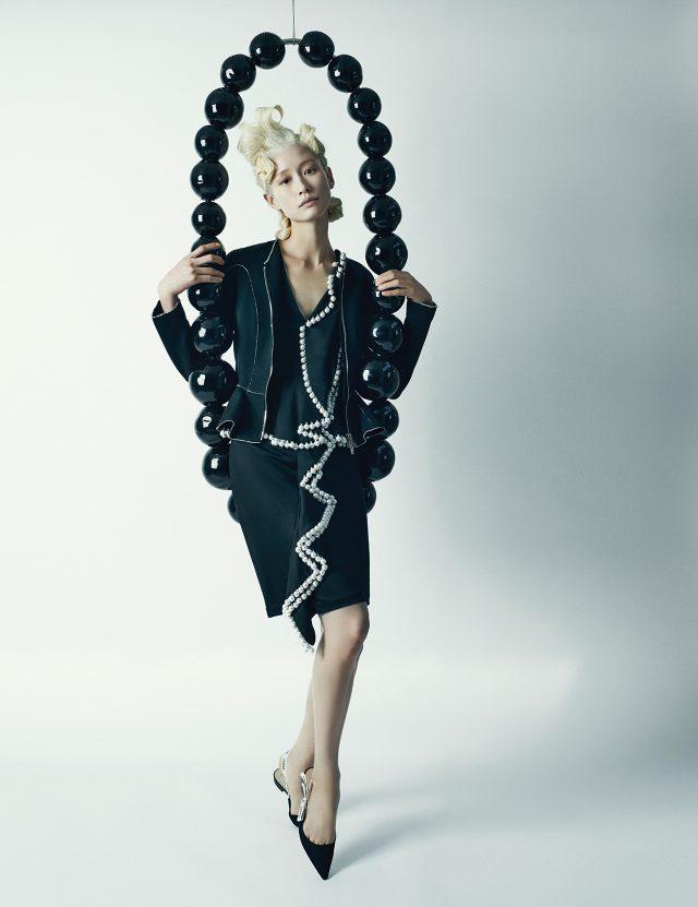 (작품) 장 미셸 오토니엘, 'Sans Titre(collier noir, black necklace)', 2012, Murano Glass, Steel, 130×50×12cm. (의상) 스티치와 러플 디테일의 재킷, 진주 트리밍이 가미된 드레스는 모두 Givenchy by Riccardo Tisci, 레터링이 쓰인 리본 장식 슬링백은 1백만원대로 Dior 제품.