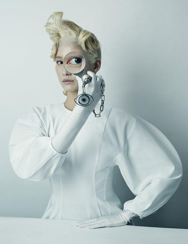 볼륨이 극대화된 퍼프 소매 블라우스는 67만원으로 Awake by BOONTHESHOP, 눈 모티프의 펜던트가 달린 체인 초커는 Hermès 제품.