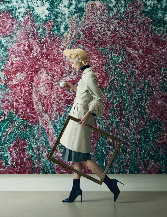 (작품) 김지원, '맨드라미', 2013, 리넨에 유채, 230×230cm.(의상) 소매에 깃털 장식이 더해진 트렌치코트는 3백만원대, 터틀넥 톱은 80만원대, 플리츠 스커트는 1백90만원대로 모두 Prada, 양말은 1만5천원으로 Cos, 클래식한 스틸레토 힐은 90만원대로 Dior 제품.