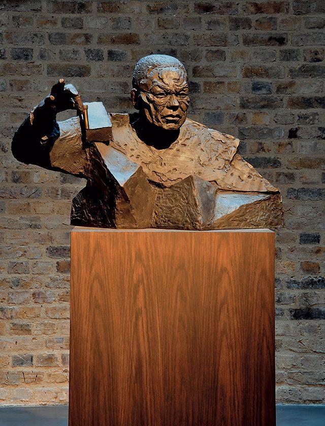 2009년 화이트 채플 갤러리에서 있었던  전시 중 '콜린 파월(Colin Powell)', 2009, 나무 주추 위에 청동Courtesy Kate MacGarry, London