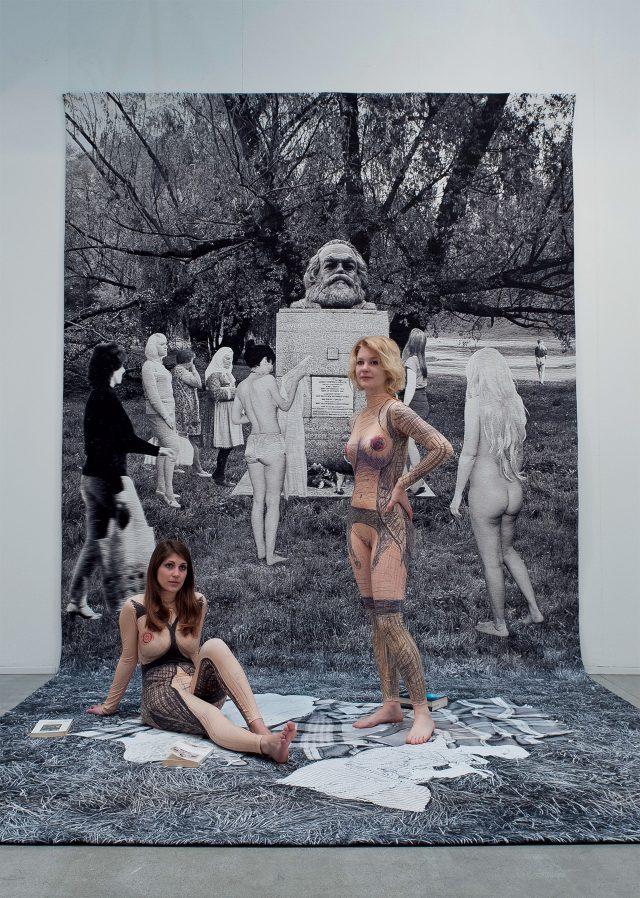 퍼포먼스와 함께한 '막시즘의 죽음(Death of Marxism)', Women of All Lands Unite, 2013, 울 태피스트리, 560×290cm, Courtesy Goshka Macuga