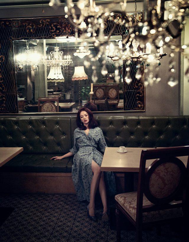 플라워 패턴의 랩 드레스는 Bottega Veneta, 진주 드롭 귀고리는 Escada, 글리터 소재 스틸레토 힐은 Jimmy Choo 제품.