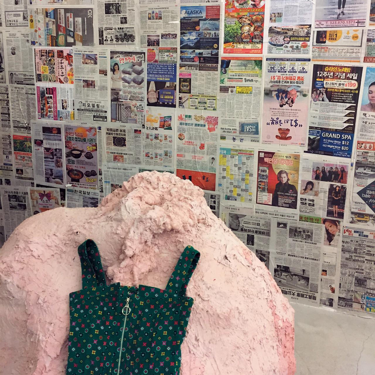 매장 한쪽을 한인 신문으로 꾸며놓은 소호의 오프닝 세리머니