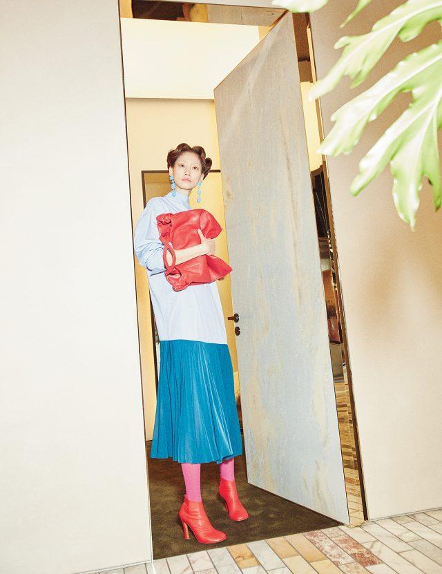 플리츠 스커트가 연결된 셔츠 드레스, 매듭 디테일의 카프 스킨 토트백은 가격 미정, 나파 가죽 소재의 앵클 부츠는 1백55만원으로 모두 Céline 제품.