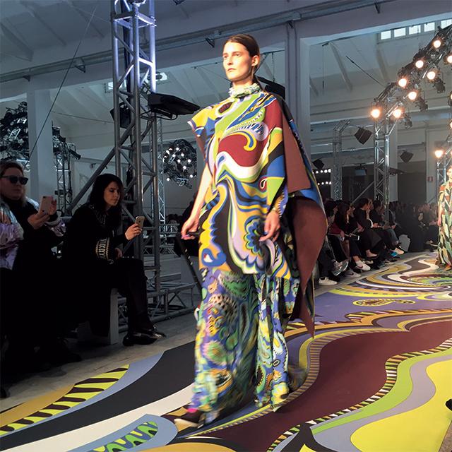 의상의 그래픽적인 페이즐리 패턴을 런웨이로 옮긴 에밀리오 푸치의 맥시 드레스