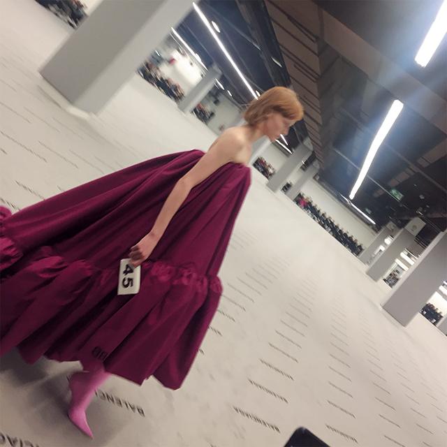 아카이브의 드레스를 재탄생시킨 뎀나식 발렌시아가 드레스