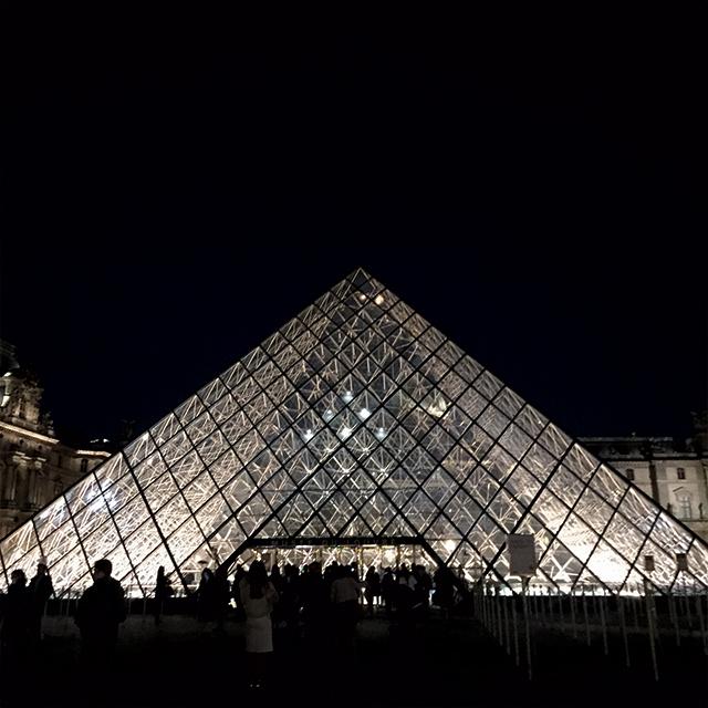 루브르의 피라미드 아래에서 열린 루이 비통 컬렉션