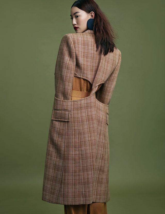컷아웃 디테일의 코트는 Céline, 니트 점프수트는 Hermès, 원형 귀고리는 Balenciaga 제품.