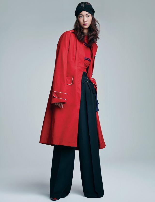 트렌치코트는 Hermès, 컷아웃 디테일의 스트라이프 니트 톱은 Fendi, 벨티드 디테일의 와이드 팬츠는 79만원으로 Alexander Wang, 로고 장식의 실크 헤드밴드는 70만원대, 앵클부츠는 가격 미정으로 모두 Louis Vuitton 제품.