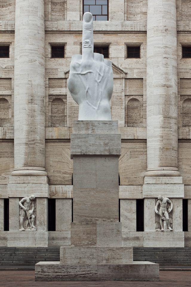 밀라노 아파리 광장에 설치돼 상징물이 된 'L.O.V.E.', 2010
