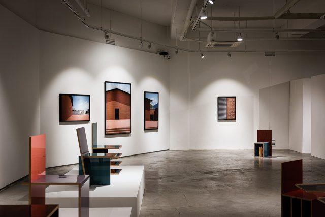 얼마 전 새롭게 오픈한 지갤러리의 전경. 작가 이정민과 가구 디자이너 곽철안의 듀오 전시 가 열리고 있다