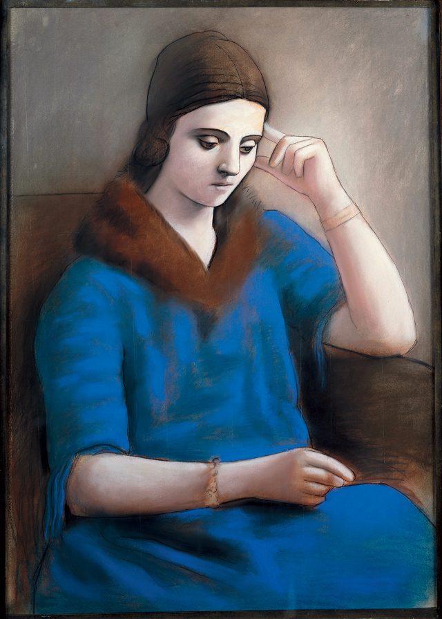 파블로 피카소, '생각하는 올가 (Olga Pensive)' 1923년 겨울 파리, 광택 모조지에 파스텔과 크레용, 105×74cm©Succession Picasso, 2017Photo: ©RMN-Grand Palais (Musée national Picasso-Paris) / Mathieu Rabeau