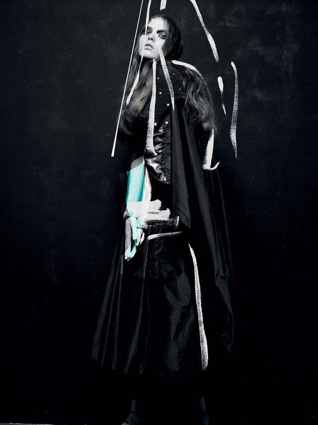 오버사이즈 실루엣의 드레스는 Kenzo, 소매와 네크리스에 주얼 스톤이 장식된 드레스는 Givenchy by Riccardo Tisci, 스터드가 가미된 견장 장식은 Comme des Garcons 제품.