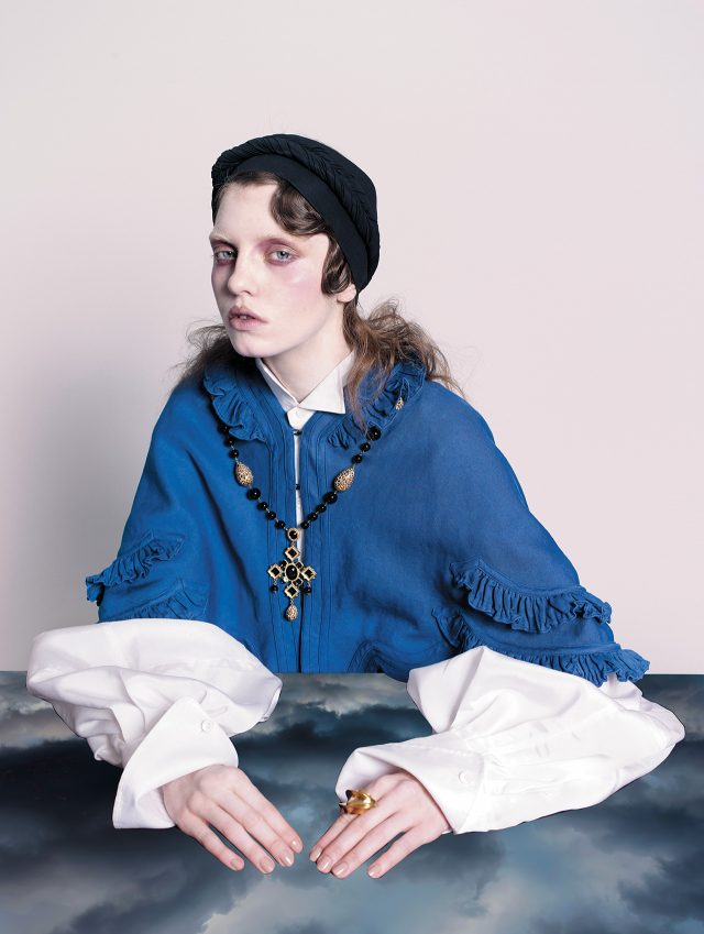 러플 디테일의 케이프, 벌룬 소매의 셔츠 드레스는 모두 Burberry, 꼬임 장식이 들어간 헤드밴드 70만원, 볼드한 반지는 58만원으로 모두 Louis Vuitton, 바로크 풍의 펜던트 목걸이는 Dolce & Gabbana 제품.