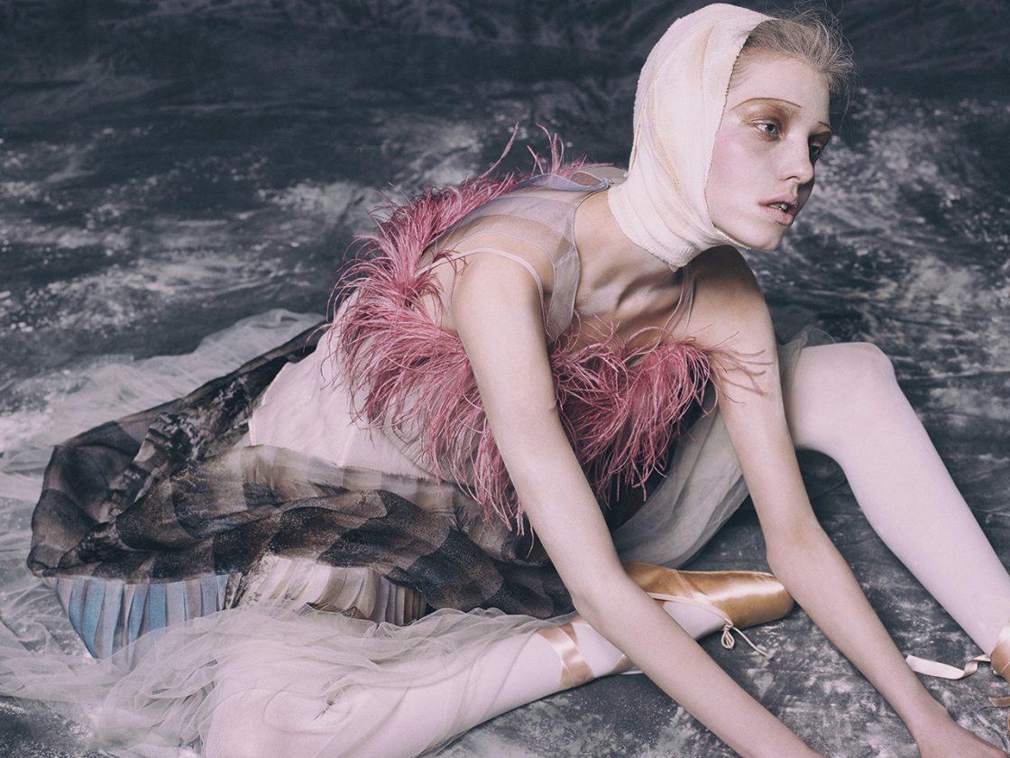오간자 소재 드레스는 4백5만원으로 Fendi, 레이어드한 깃털 장식의 톱은 1백30만원으로 Prada, 튀튀 스커트는 24만5천원, 발레 토 슈즈는 14만원으로 모두 Lepetto 제품.